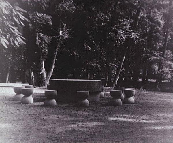 La Table du silence, vers 1938, Epreuve gélatino-argentique, 24 x 29,8 cm Photographie de l'artiste, Legs Constantin Brancusi 1957 © Adagp, Paris