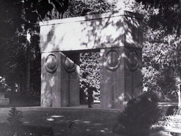 La Porte du Baiser, 1938 Epreuve gélatino-argentique, 17,9 x 23,9 cm Photographie de l'artiste, Legs Constantin Brancusi 1957 © Adagp, Paris